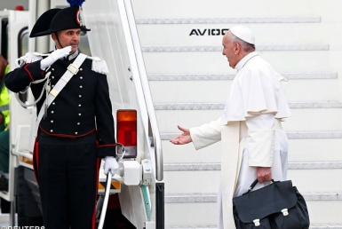 Cử chỉ thân thiện của Đức Giáo Hoàng tại sân bay