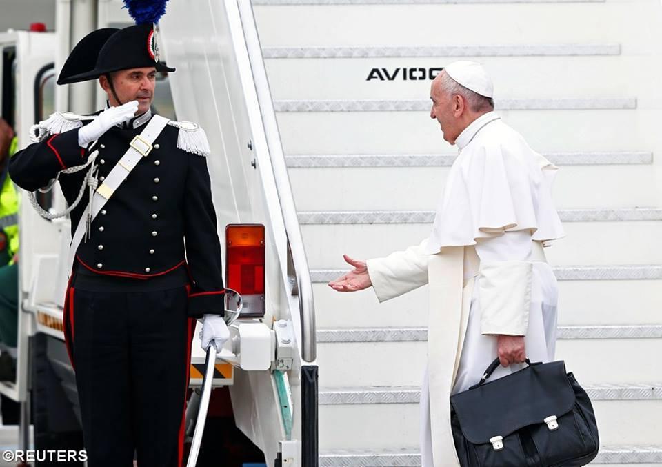 Cử chỉ thân thiện của Đức Giáo Hoàng tại sân bai Ai Cập